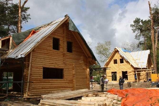 Case In Tronchi Di Legno Trentino : Costruzione di case di legno di tronchi con un tetto di paglia l