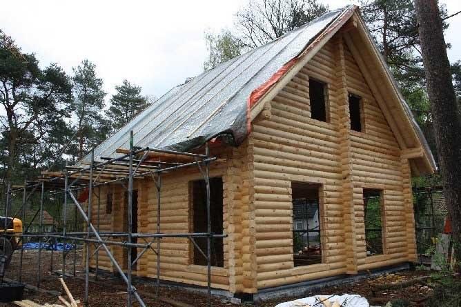 Case Di Tronchi Di Legno : Costruzione di case di legno di tronchi con un tetto di paglia l
