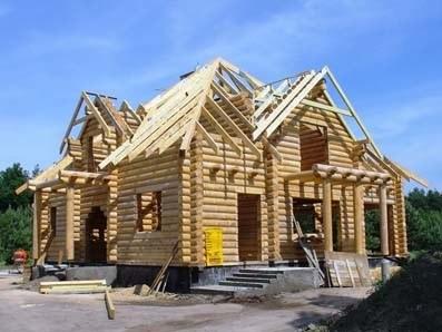 costruzione della casa in legno a un piano con un soppalco