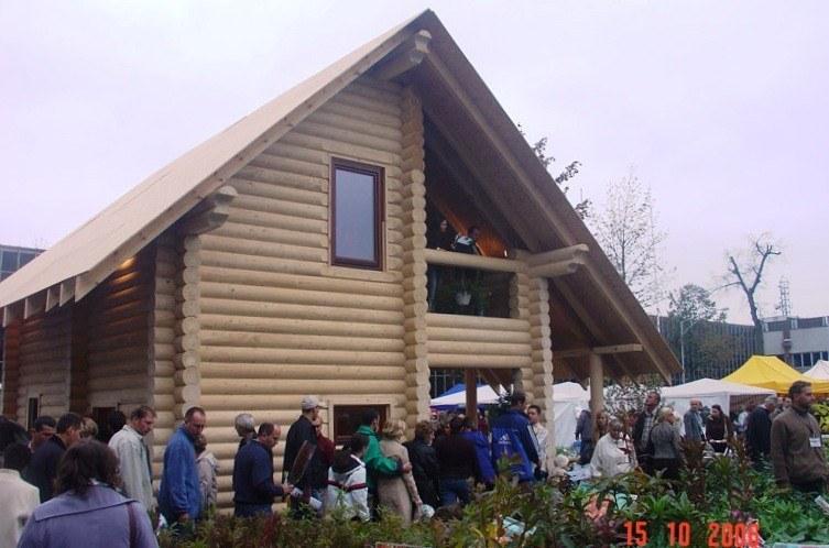 Montaggio di una casa in legno durata 11 giorni al for Case in legno polonia
