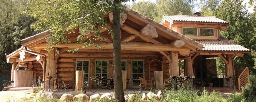Montaggio di una casa in legno nella periferia di for Case di tronchi di blocchi di legno
