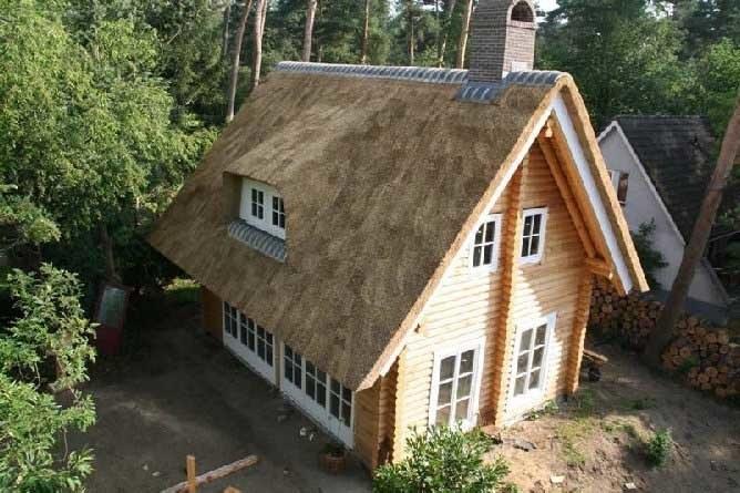 Costruzione di case di legno di tronchi con un tetto di for Case di tronchi con planimetrie seminterrato