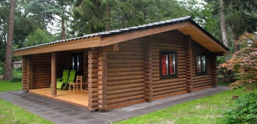 Costruzione di case di legno di tronchi, con un tetto di paglia, l ...